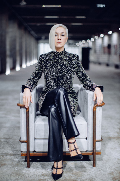 На Дарье Мороз: жакет Saint Laurent, брюки Theory, туфли Valentino
