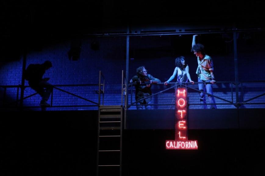 Сцена из спектакля «Отель Калифорния»