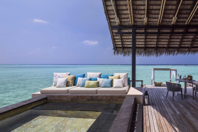 Бассейн и терраса на вилле на воде Water Villa на курорте One&Only Reethi Rah (Мальдивы)