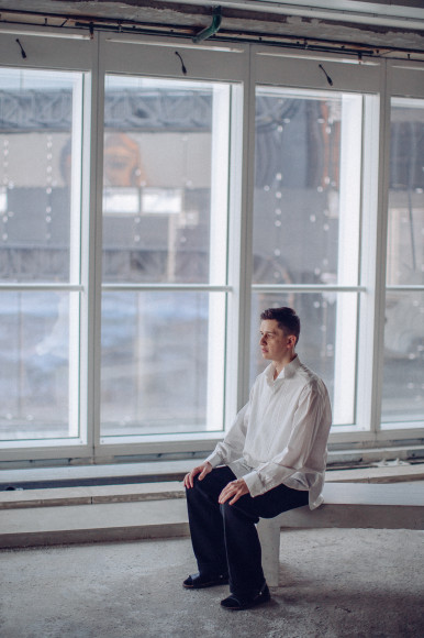 На Игоре Титове: рубашка Brioni, брюки Givenchy, сандалии— собственность творческой группы