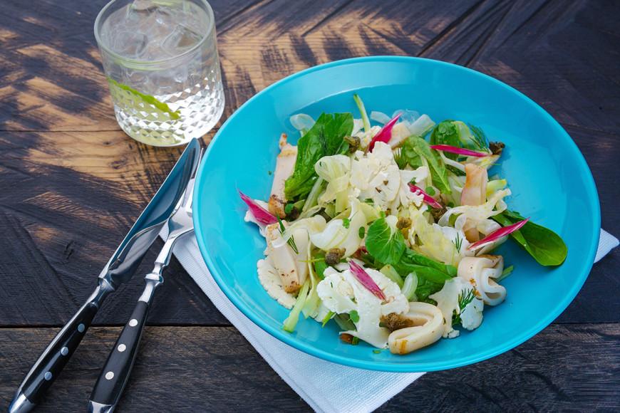 Теплый салат с кальмарами, фенхелем и цветной капустой