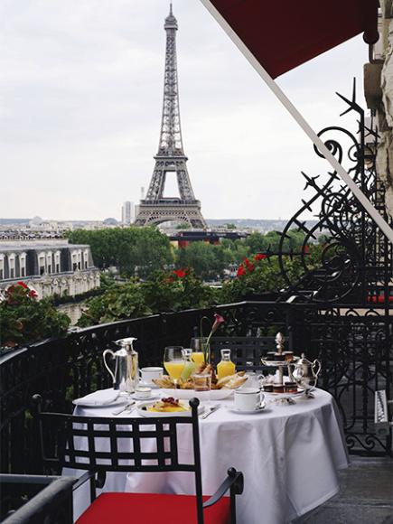Завтрак с видом на Эйфелеву башню в отеле Plaza Athénée, Париж