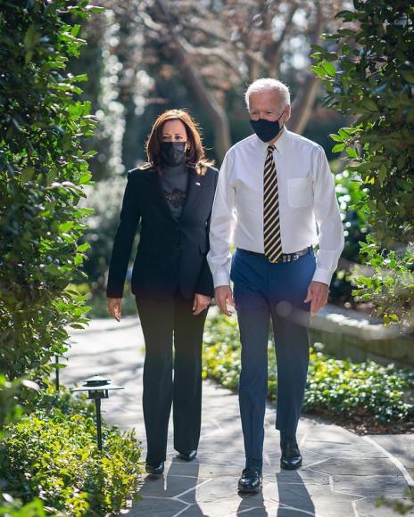 Камала Харрис и Джо Байден на прогулке по территории Белого дома, 2021