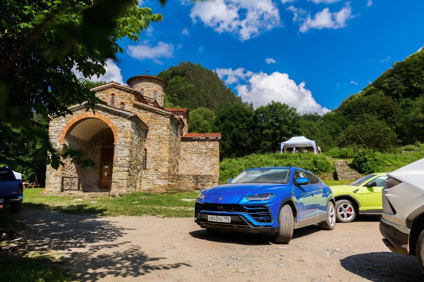 Кроссовер Urus,Lamborghini в оттенке синий Blu Eleos в Пхие, рядом с Южным, Северным и Средним храмами