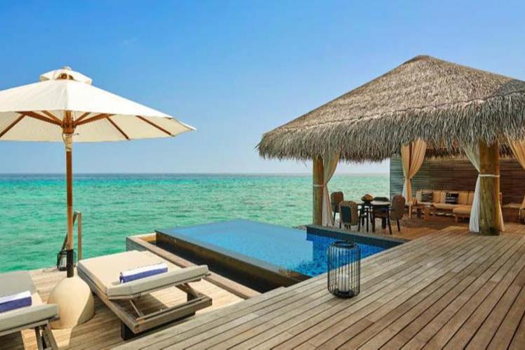 Терраса и бассейн на вилле Fairmont Maldives Sirru Fen Fushi