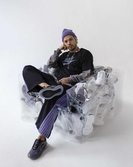 Гарри Нуриев на кресле с кроссовками Nike