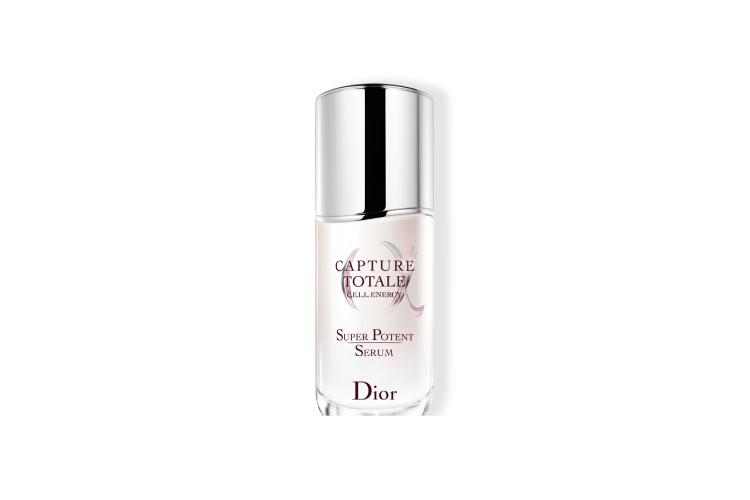 Сыворотка для кожи вокруг глаз Super Potent Eye Serum, Capture Total, Dior содержит фирменный компонент — лонгозу, растение, известное своими восстанавливающими свойствами. Формула также обогащена экстрактом ржи, уплотняющим кожу, антивозрастной ацетилированной гиалуроновой кислотой и смягчающим глицерином. Средство стимулирует способность стволовых клеток кожи к регенерации, повышает тонус, плотность, упругость и эластичность кожи