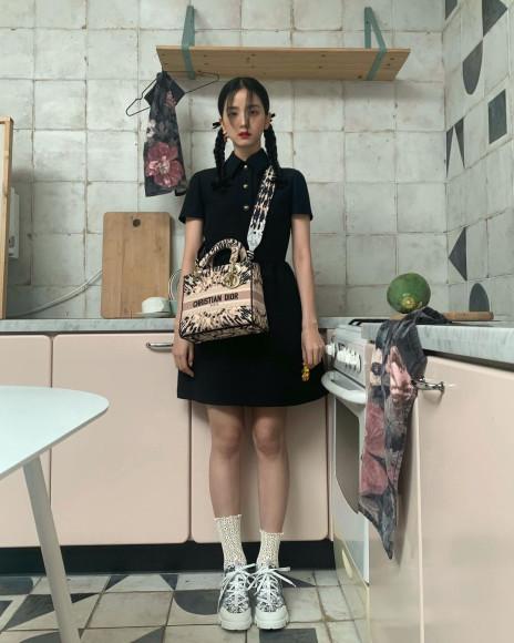 Участница Blackpink Джису с сумкой Dior, ноябрь 2020