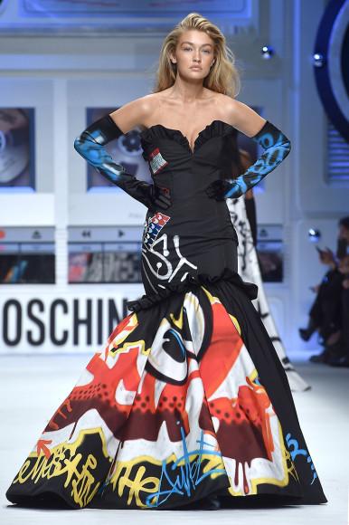 Джиджи Хадид в платье Moschino с принтом в виде граффити