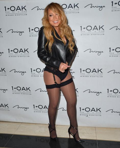 На днях певица Марайя Кэри посетила вечеринку в клубе 1 OAK в одном из самых дорогих отелей Лас-Вегаса —The Mirage. Из верхней одежды на ней была лишь кожаная куртка, едва прикрывающая кружевной корсаж, и трусы с резинками для чулок.