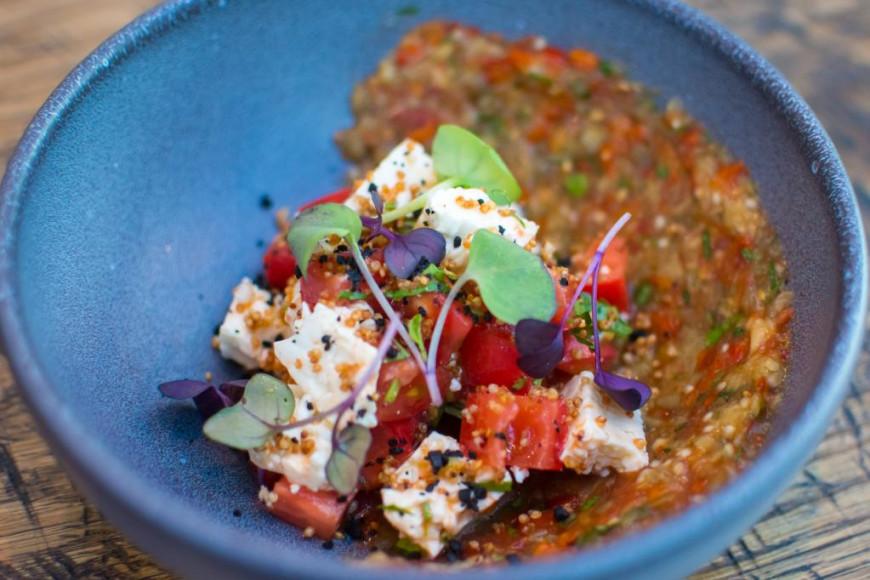 Тартар из сырых и томленых овощей со слабосоленым сыром чанах, 490 руб. («Карлсон»)