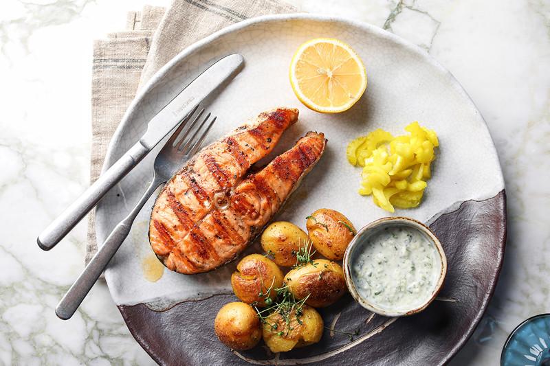 Суперстейк из лосося с молодым картофелем
