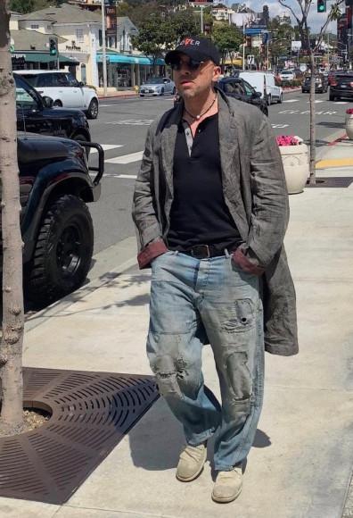 Дмитрий Нагиев в удлиненном пиджаке, расстегнутой футболке и рваных джинсах