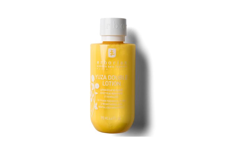 Двухфазный лосьон для лица «Юзу», Erborian состоит из витаминного коктейля, который придает коже сияние и питает ее. После использования средства кожа выглядит упругой и полной жизненных сил