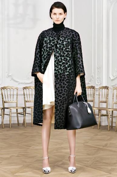 Пальто с леопардовым принтом, созданное Ральфом Симонсом, показ Christian Dior 2014 год