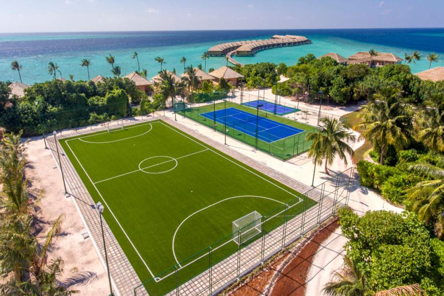 Спортивная инфраструктура: футбольное поле, теннисный корт и корт для падел-тенниса