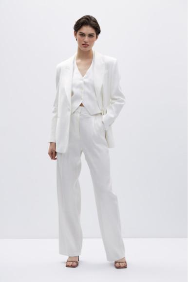 Топ-жилет с воротником халтер из смесового льна, 2799 руб., костюмные льняные брюки прямого кроя, 3999 руб.