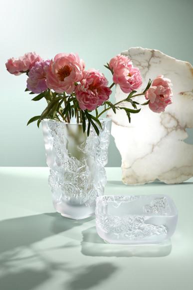 Ваза для цветов, прозрачный хрусталь, 35 см, 541 000 руб.; блюдо, прозрачный хрусталь, диаметр 26 см, 254 000 руб., Lalique