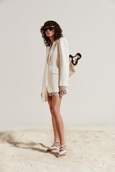 Жакет Alexander McQueen, пуловер Dries Van Noten, сумка Jil Sander, очки Illesteva, босоножки Le Silla