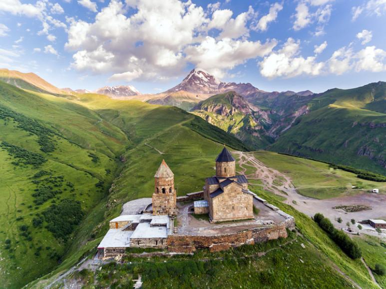Троицкая церковь в Гергетиу подножья Казбека