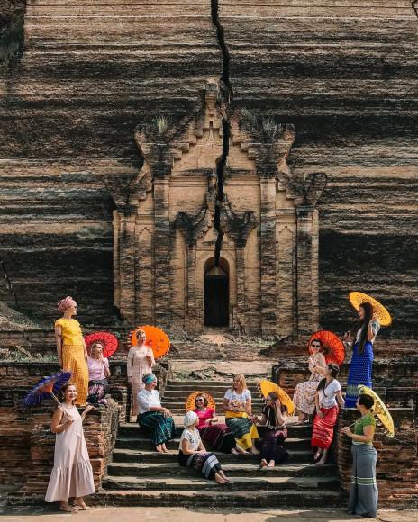 Участницы тревел-девичника у пагодМингун-Пайя иСинбьюме-Пайя в Мингуне, Мьянма