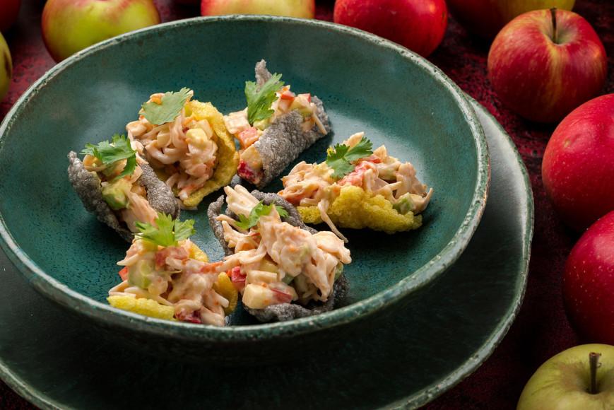 Салат с крабом и яблоками на рисовых чипсах