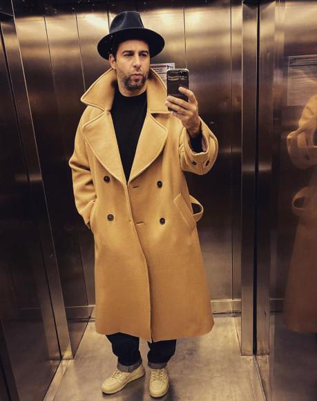 Иван Ургант в двубортном пальто и шляпе