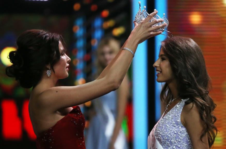 Корону из белого золота Яна получила из рук «Мисс России-2015» Софьи Никитчук