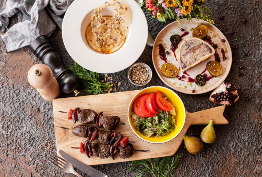 «Матрешка», сет №1: утиный паштет с инжиром и соусом «Массандра»; шашлычки из ягнячьей вырезки с дымком; десерт «Молочные реки, кисельные берега»