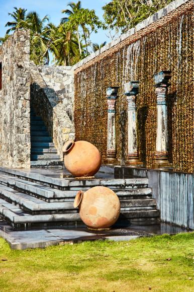 Фонтаны на территории курорта(ANI Private Resorts Sri Lanka)