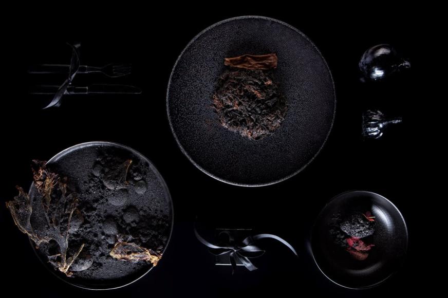 Мюсли  Сет «Черные мысли»: 1) Secret: жареный на гриле баклажан с соусом из черного трюфеля и кремом из черного чеснока; 2) Вяленая лопатка быка с соусом «Беарнез» и молодым печеным картофелем; 3) Черный чизкейк с сорбетом из черной смородины