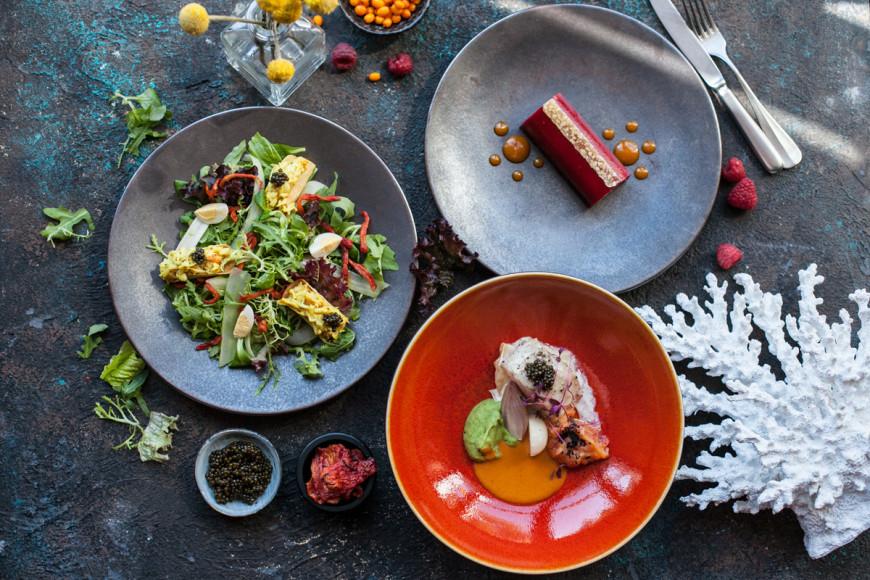 «Волна», сет №1: салат с мясом камчатского краба и белой спаржей; филе трески с осетровой икрой на сливочном сельдерее; крем-торт с черносмородиновым мармеладом и малиновой пастилой