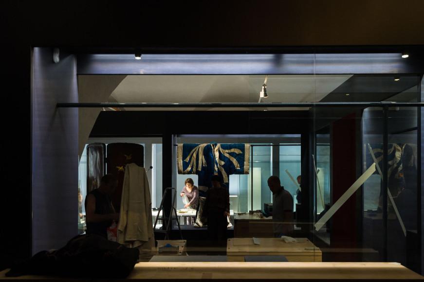 Монтаж выставки «За гранью воображения. Сокровища императорской Японии XIX — начала XX века из коллекции профессора Халили»