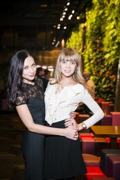 Алла Михеева, телеведущая с подругой