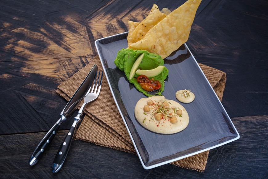 Хумус и гуакамоле с хрустящим лавашом