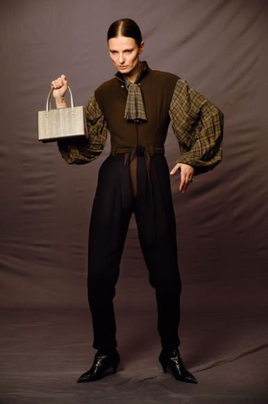 Кольцо Bottega Veneta, 47900 руб.; комбинезон Loewe, 118000 руб.; блуза Loewe, 54250 руб.; сумка Loewe, 218000 руб.; ботильоны Saint Laurent, 64600 руб.