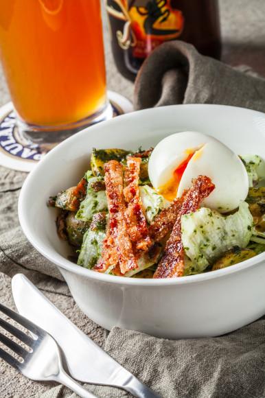 Салат с беконом, миникартофелем, яйцом и песто