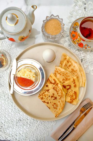 Русский завтракс блинами и красной икрой