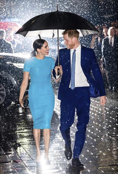 Меган Маркл в платье Victoria Beckham, лодочках Manolo Blahnik и с клатчем Stella McCartney и принц Гарри на мероприятии Endeavour Fund Awards в Мэншн-Хаусе