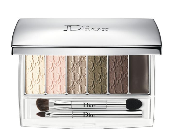 В палитре Backstage Eye Reviver (оттенок 002) из летней коллекции Dior найдутся оттенки и для легкого утреннего макияжа глаз, и для драматичных smoky eyes на вечер. Плюс набор кистей — тоже на любой случай.
