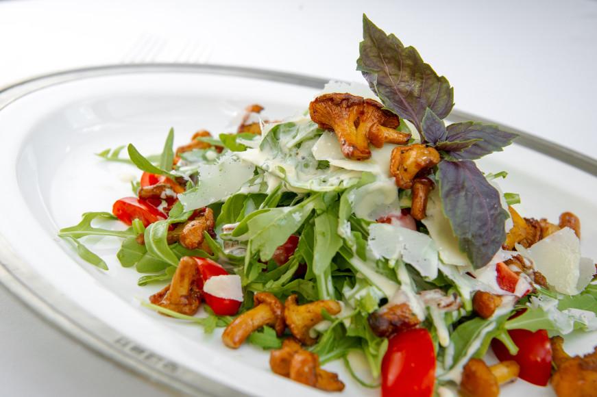Салат с рукколой и соусом из горгонзолы