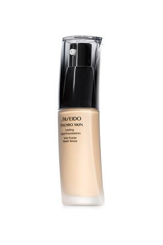 Впереди длинный день и, возможно, бессонная ночь? Тогда начните утренний макияж с тонального крема Synchro Skin, Shiseido — он гарантированно не поплывет и не поблекнет. Важный плюс: на протяжении всего времени средство оставляет кожу идеально матовой — чтобы на снимках папарацци светились ваши глаза и улыбка, а не Т-зона.