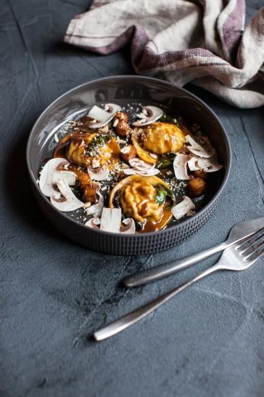 Равиоли с белыми грибами с соусом из кваса, домашней рикоттой и каперсами