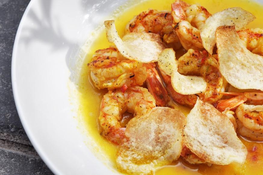 Креветки гриль с перцем чили, лимоном и чипсами из картофеля