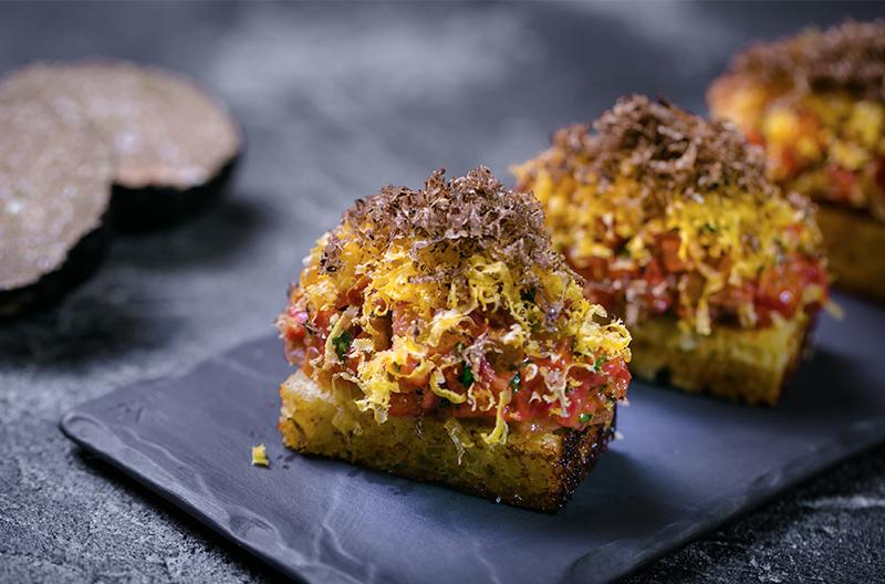 Тартар из говядины, бриошь, сырное фондю, вяленый желток и черный трюфель