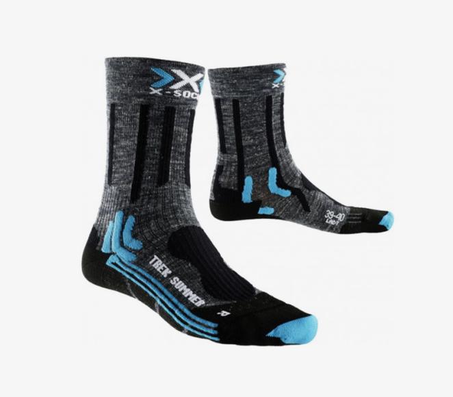 Носки  Чтобы не натереть ноги, выбирайте специальные носки для походов и трекинга, которые будут отводить влагу от ног и плотно прилегать к стопе, и без швов. Материал должен быть синтетическим, в него также могут быть добавлены нити из шерсти мериноса инити с обработкой ионами серебра. Отдавайтепредпочтение моделям анатомической формы, специально скроенным под правую и левую ногу, а также обращайтевнимание на усиление в области пятки и пальцев. В некоторых моделях предусмотрены зоны со специальной вязкой, которая создаёт поддержку мыщц и сухожилий. Этодаёт дополнительный комфорт при ходьбе по горному рельефу.
