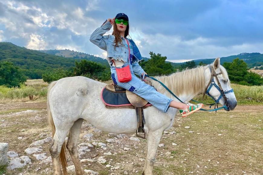 Екатерина Андреева в комбинезоне Louis Vuitton, с сумкой Hermès и в обуви Gucci