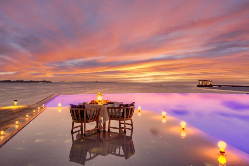 Ужин в бассейне с видом на закат, комплекс The Retreat
