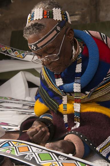 Художница Эстер Малангу ставит автограф на кастомизированном BMW 750Li Individual в рамках ярмарки африканского искусства FNB Joburg Art Fair 2017