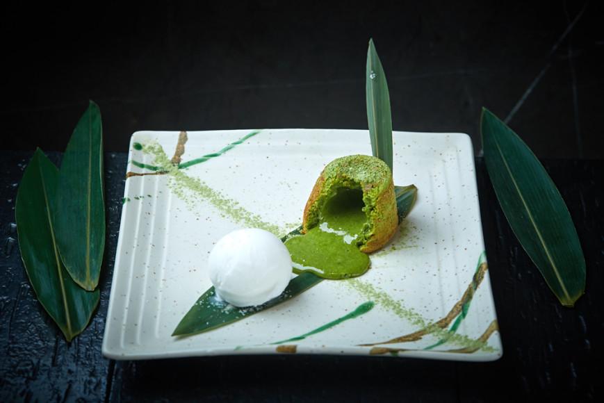 Fumisawa Sushi  1) Салат из шпината с трюфельным маслом; 2) Стейк из лосося в соусе мисо-юдзу; 3) Ролл Fumisawa с лососем; 4) Флан из зеленого чая (на фото)